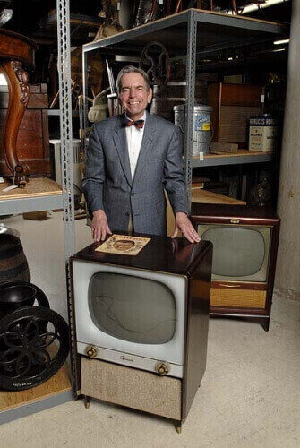 Baughman poses in 2007 with 1950s vintage television sets. He was an expert in Journalism history in 20th century and the beginnings of TV in America.