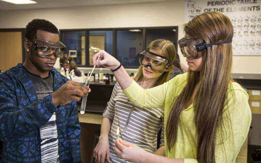 Photo: Christen Smith and students in chemistry lab