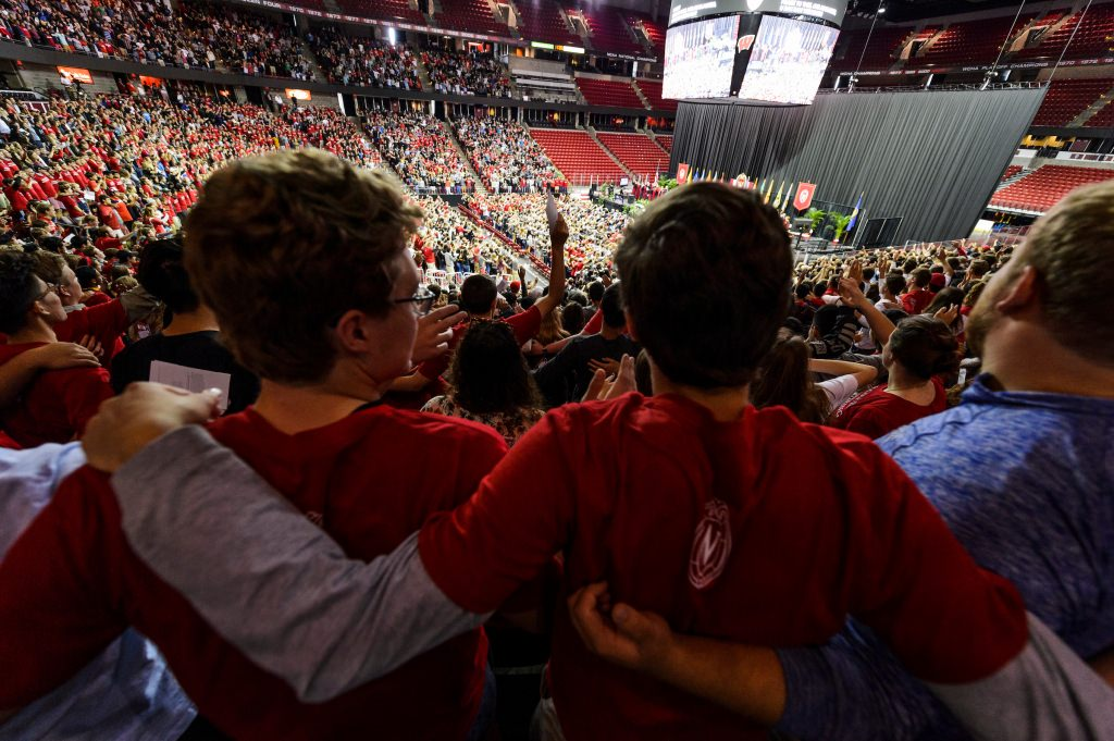 Photo: Students in Kohl Center crowd