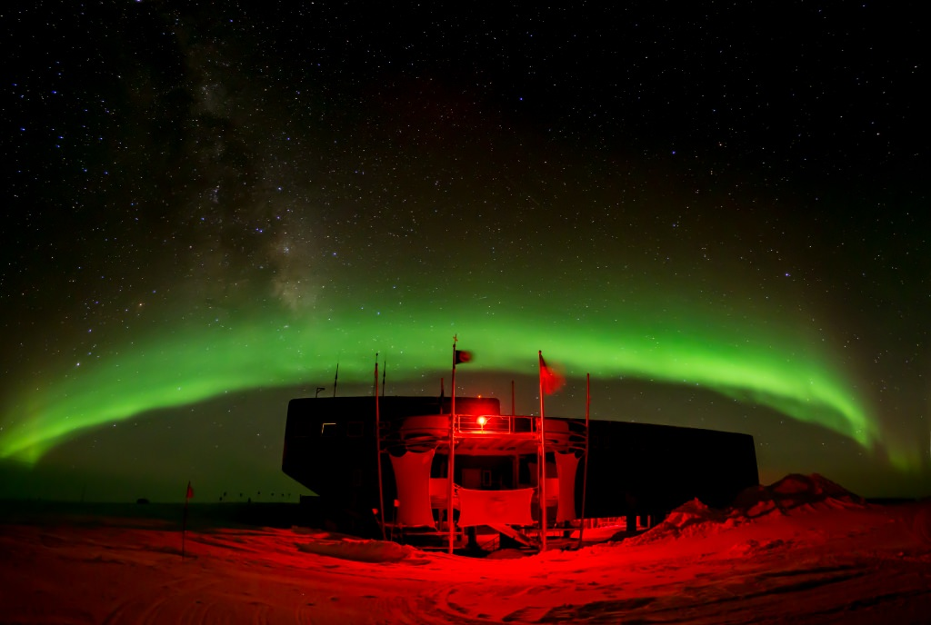 Photo: IceCube observatory illuminated red under green aurora
