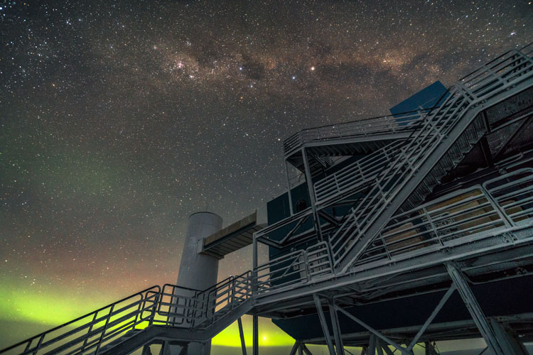 Photo: IceCube lab with aurora on horizon