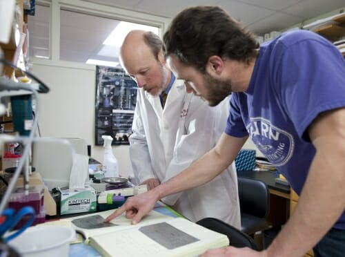 Photo: Tim Kamp and researcher in lab