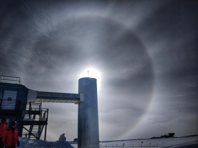Photo: A halo around the sun with the IceCube laboratory in the foreground in January, 2019.