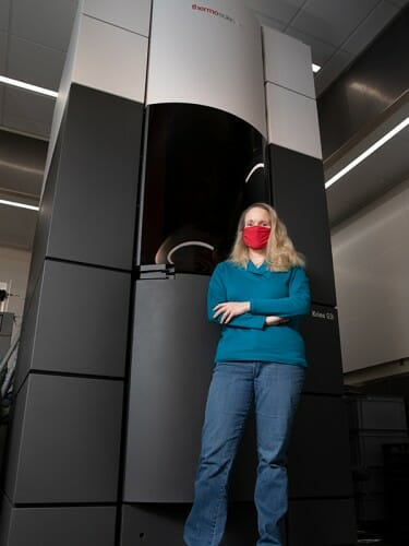 Elizabeth Wright with the Thermo Scientific Titan Krios G3i cryo-TEM