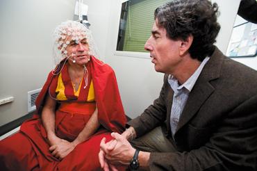 Davidson mentre esegue dei test ad un monaco tibetano