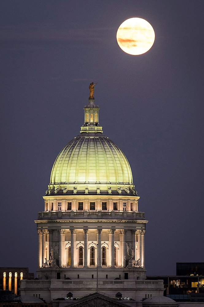 Photo: Moon rising above Capitol dome in darkness