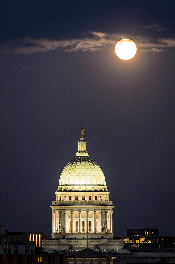 Photo: Moon in dark sky above Capitol