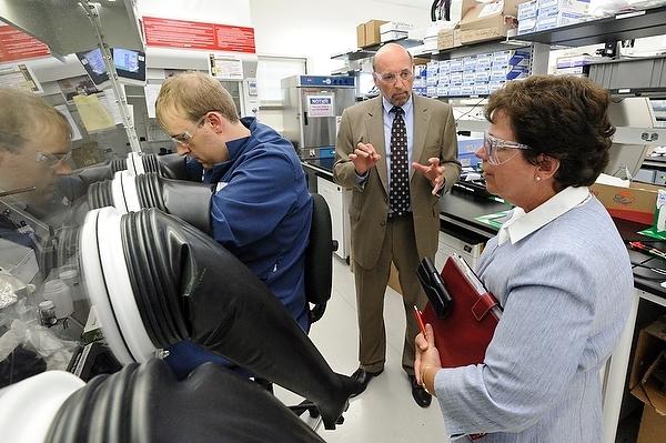 Photo: Rebecca Blank touring UW-Milwaukee lab