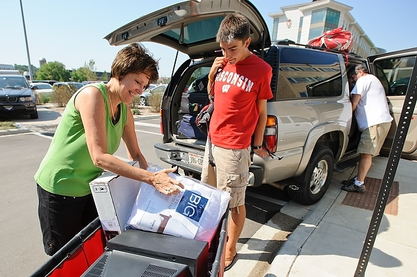 Photo: student and parent moving belongings in cart