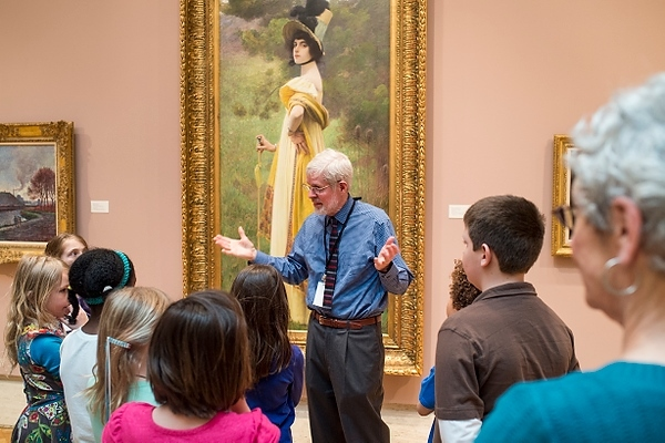 Chazen docent leads tour