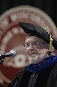 Photo: Martin Cadwallader speaking at podium at 2006 commencement